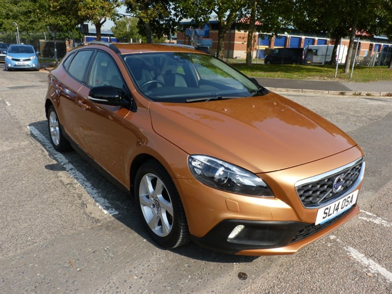 used Volvo V40 D2 CROSS COUNTRY LUX in hampshire-and-surrey