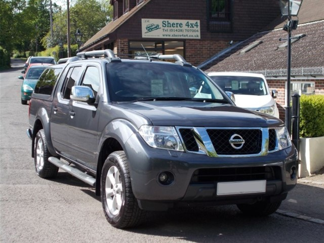 used Nissan Navara 2.5 DCi Tekna Connect Doublecab - WITH SNUGTOP - 1 OWNER in surrey-sussex