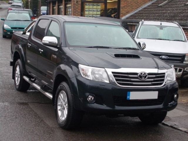 used Toyota Hilux 3.0 D4D Invincible Auto Doublecab - SAT NAV- BLACK LEATHER - ROLLER SHUTTER in surrey-sussex