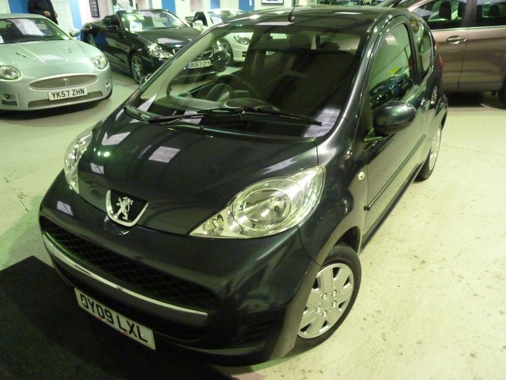 used Peugeot 107 URBAN 1.0 + SERVICE HISTORY + OCT 19 MOT + £20 TAX + 2 KEYS + P SENS in sheffield