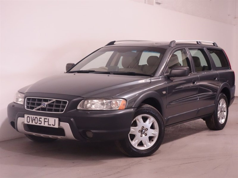 used Volvo XC70 D5 SE LUX AWD - TOP SPEC - SUNROOF - LEATHER INTERIOR  in surrey