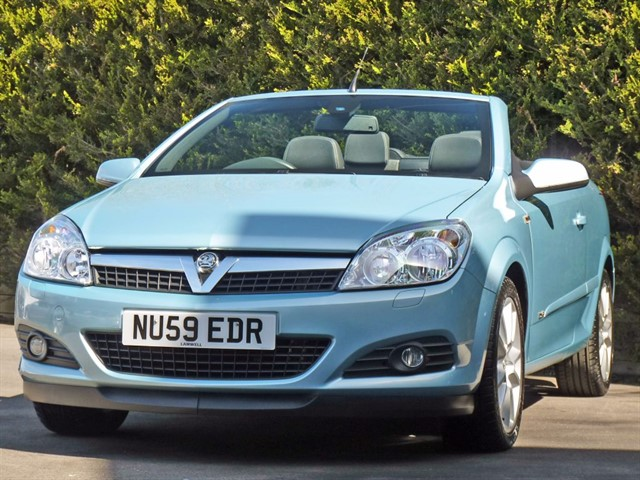 used Vauxhall Astra 1.8 TWINTOP DESIGN COUPE CONVERTIBLE in dorset