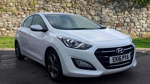 used Hyundai i30 Blue Drive SE Nav 5dr in chapel-en-le-frith